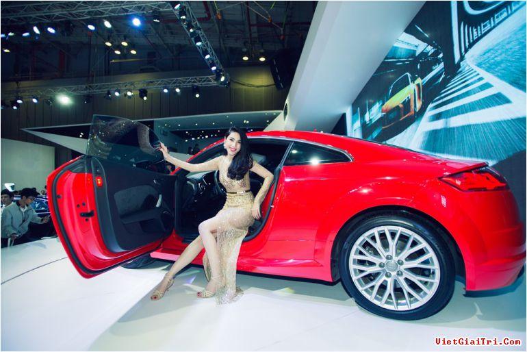 Thủy Tiên nhảy múa bên hãng xe Audi tại triển lãm xe hơi tại TP.HCM