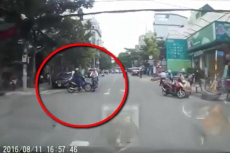 Cô gái bị đâm đúng mũi xe hơi may mắn thoát chết tại Saigon