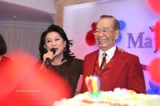 Danh hài Văn Chung bên Mỹ đón sinh nhật rầm rộ