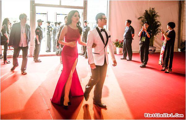 Dustin Nguyễn đi đâu cũng kè kè vợ trẻ bên cạnh