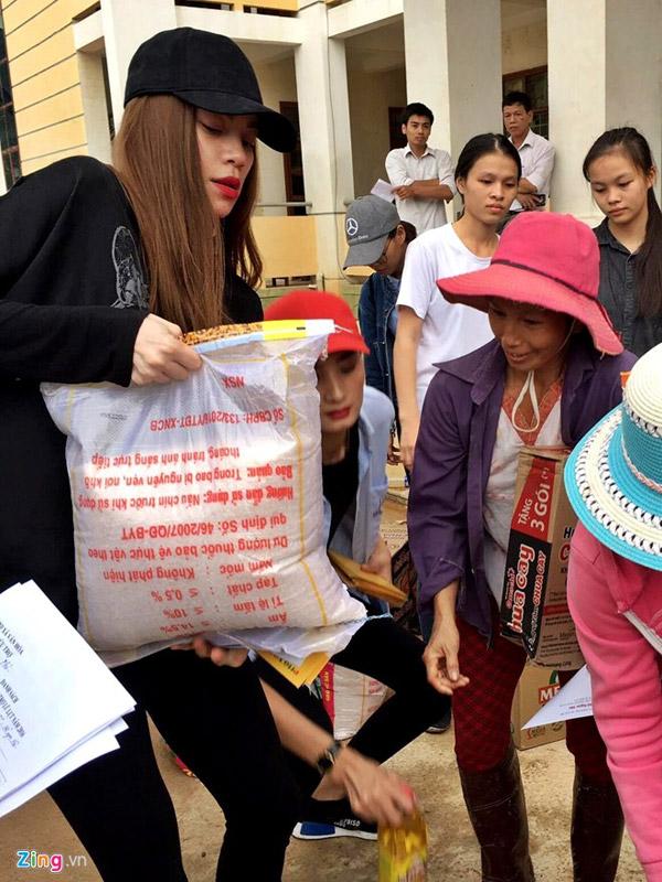 Hồ Ngọc Hà đi làm cứu trợ khiến người dân vùng lũ Quảng Bình cảm động nức nở.