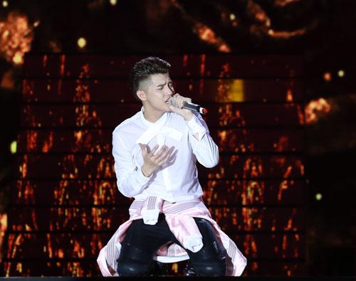 Trai trẻ đỏ mặt không dám nhìn Hồ Ngọc Hà mặc nội y diễn như không trên sân khấu.