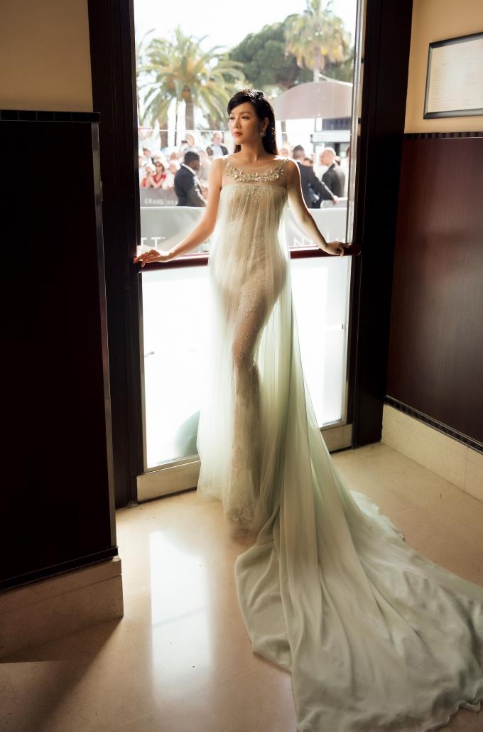 Lý Nhã Kỳ mặc váy xuyên thấu hút hồn người nhìn