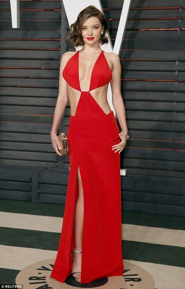 Cựu thiên thần Victoria Secret gợi cảm với váy xẻ ngực hở bạo tại tiệc Oscar