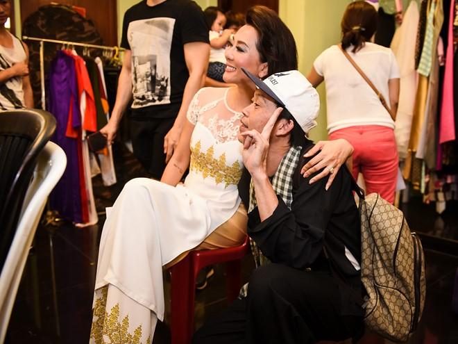 Hoài Linh khiến vợ căm phẫn khi ôm eo chụp ảnh tình tứ với MC Kỳ Duyên.