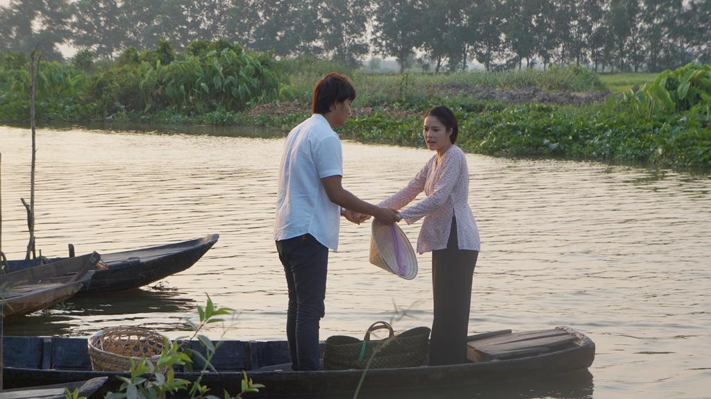 Quá hốt hoảng vì nữ diễn viên xinh đẹp bỗng nhiên lộn cổ xuống sông