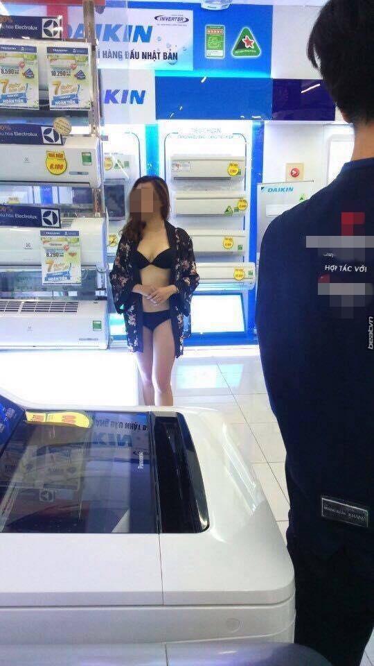 Sốc với siêu thị Việt Nam đem gái xinh ra khoe hàng để hút khách