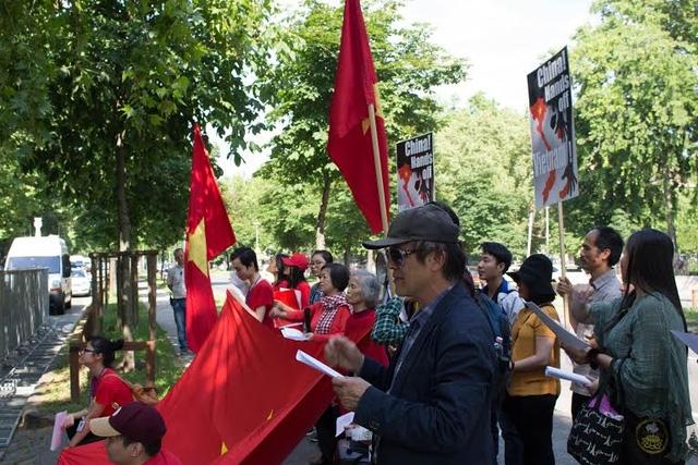 Việt kiều tại Hungary ầm ấm kéo nhau ra đường phản đối Trung Quốc