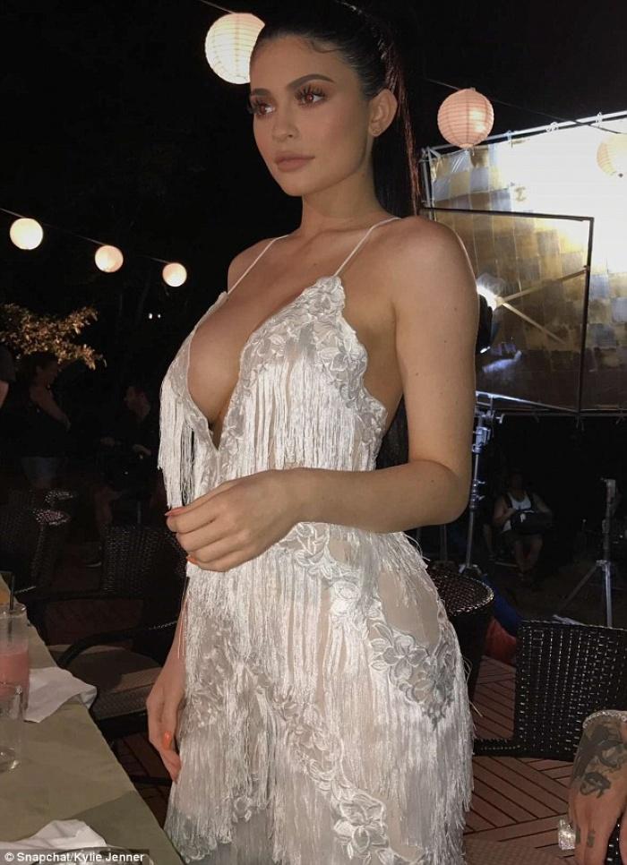 Bức bối nhìn Kylie Jenner thả rông đôi gò bồng đảo căng tròn
