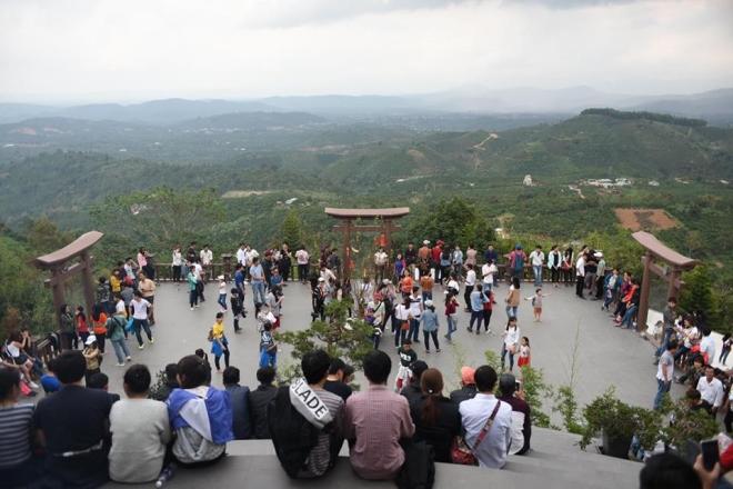 Bức bối: Đến chốn linh thiêng, người Việt ăn mặc, hành xử như chốn không người