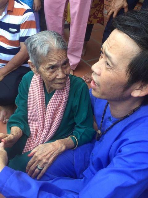Hoài Linh lì xì cho hàng nghìn người đến thăm nhà thờ Tổ