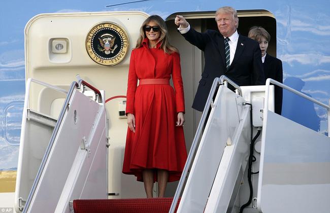 Cha mẹ vợ Trump đi nghỉ dưỡng trên Force One với gia đình Tổng thống Mỹ