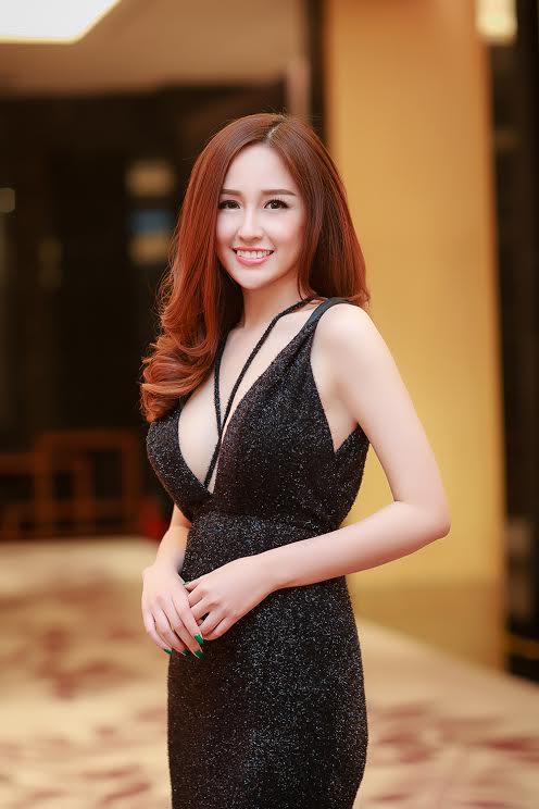 Mai Phương Thúy tự tin khoe vòng một gợi cảm vơi váy xẻ sâu táo bạo