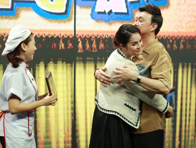 Bạn trai Nhã Phương lại ôm chặt tình tứ với bạn diễn trên sân khấu hài