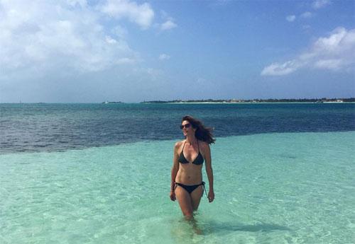 Dàn sao nữ tuổi trung niên nóng bỏng chẳng kém gái trẻ khi diện bikini